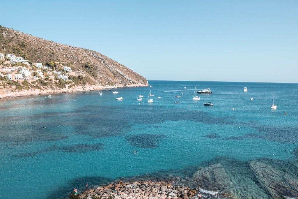 Bezoek het strand in Moraira, Spanje   Global-Treasures.com